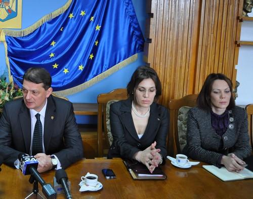 Ministrul de Interne Gabriel Berca, însoţit de Irina Alexe şi Raluca Heleşteanu
