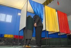 doua persoane cabina de vot alegeri