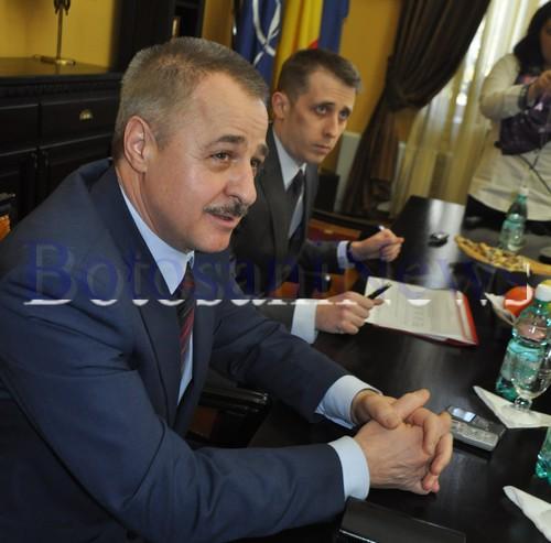 semnare contract lucrari Cornisa- Primar Ovidiu Portariuc- patron Electroalfa Gheorghe Ciubotaru (2)