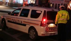 masina de politie cu girofar noaptea