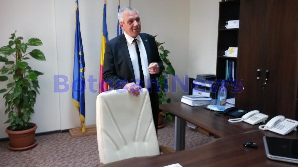costica macaleti in biroul de la Consiliul Judetean Botosani