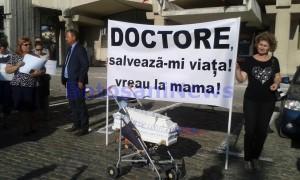 protest-in-fata-cj-impotriva-medicilor-din-maternitate-botosani