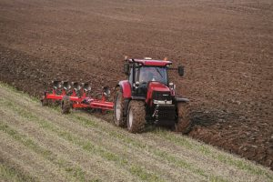 tractor la arat, stiri, botosani, apia, agricultura