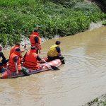 pompierii din Botosani cautand o femeie disparuta in apa la Lunca